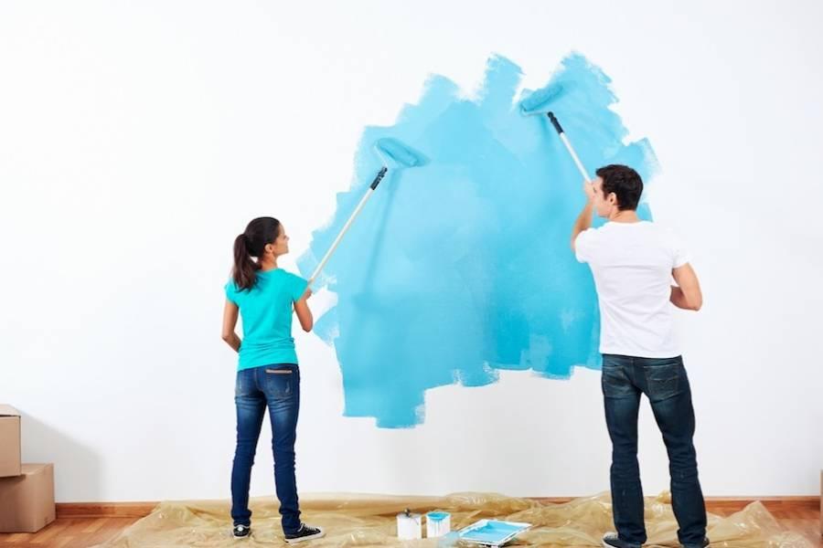pintando-sala-de-azul-en-pareja