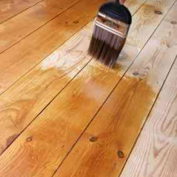 pintando pisos de madera