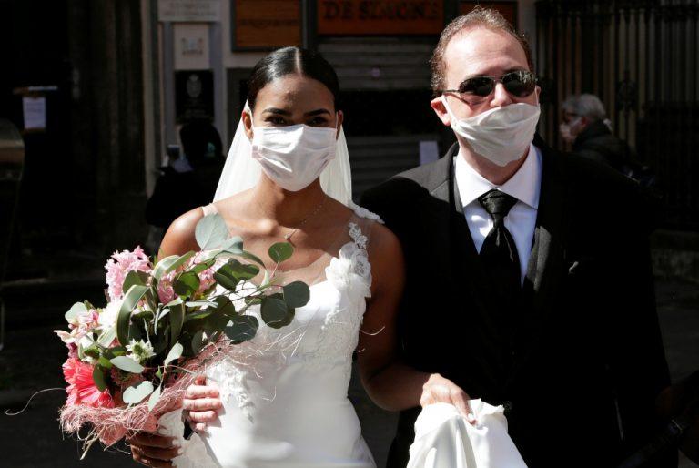 boda familiar con cubrebocas