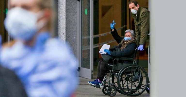Persona con covid en silla de ruedas