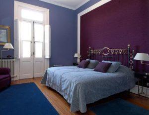 dormitorio color azul con vino