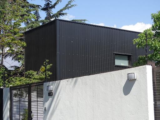 casa negra de metal