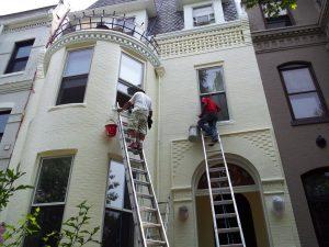 hombres pintando casa