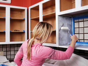 mujer pintando gabinetes de cocina
