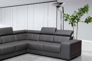 sillones color carbón en sala gris claro