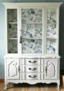 vitrina blanca con papel tapiz