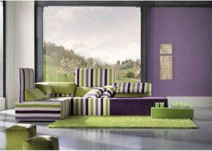 habitación color neutro con morado y verde