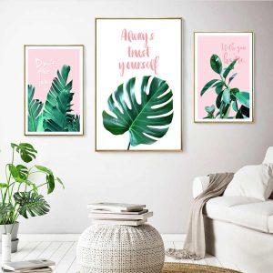 sala de estar beige con tonos verdes y rosas