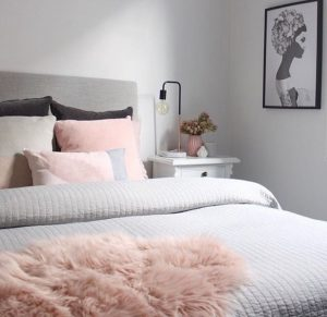 habitación color gris y rosa